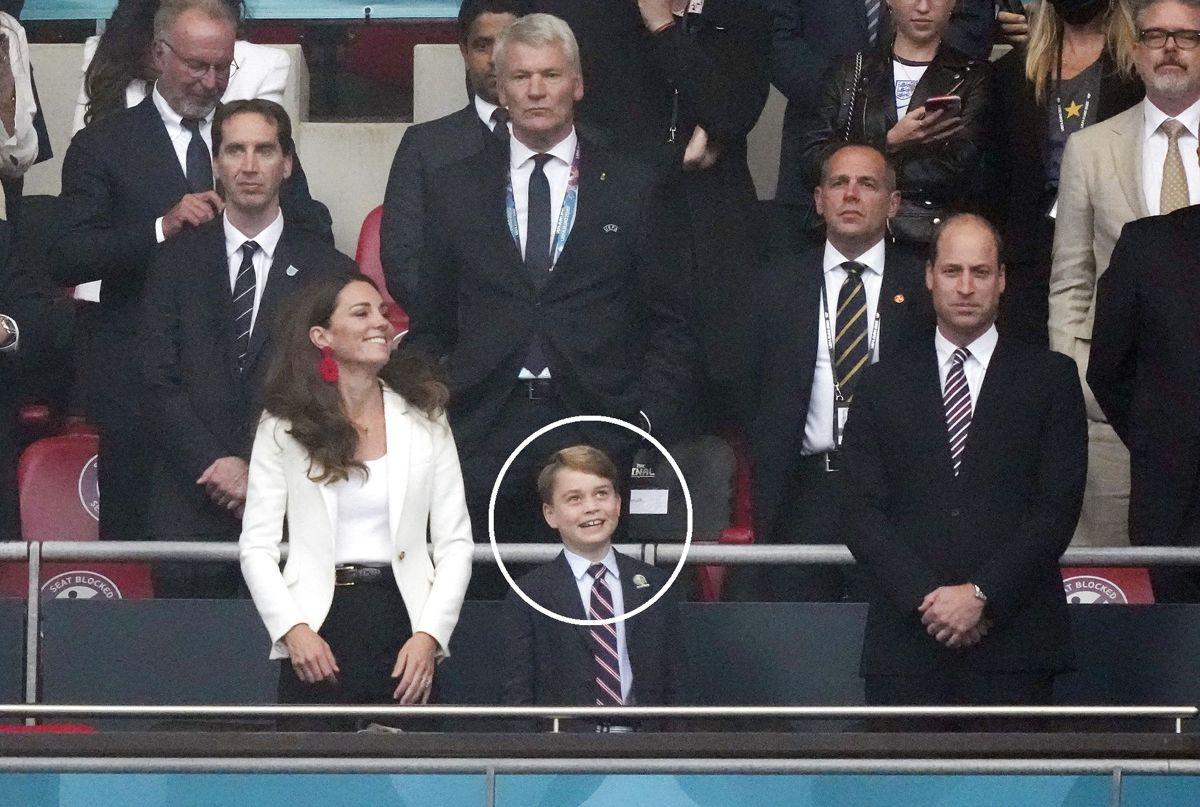 Hvem synes du, at prins William og hertuginde Kates søn, prins George, ligner mest?