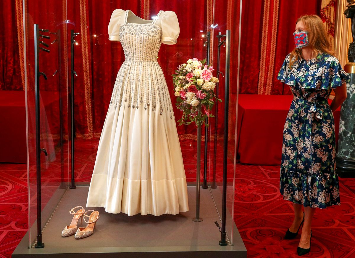 Prinsesse Beatrice kunne efter sit bryllup få lov at se kjolen igen, da den var udstillet for offentligheden. Foto: Steve Parsons/PA Wire/Pool via REUTERS/Scanpix