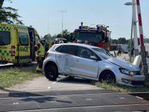 Bil ramt af tog - chauffør kæmper for livet