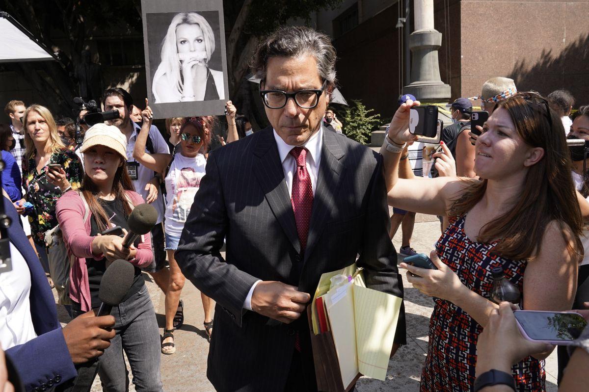 Britney Spears' nye advokat, Mathew Rosengart, forlader retten i Los Angeles onsdag, hvor der har været retsmøde i sagen om farens værgemål.