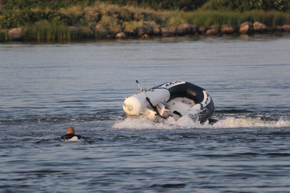 Manden svømmede ud til sin båd, der selv sejlede rundt på vandet. Foto: presse-fotos.dk