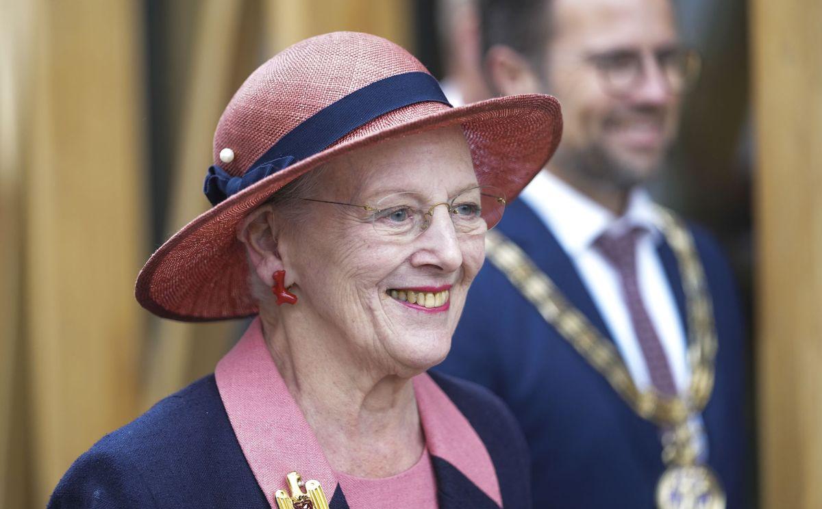 Efter motorstop og dårligt vejr er Dronning Margrethe ankommet til Færøerne.