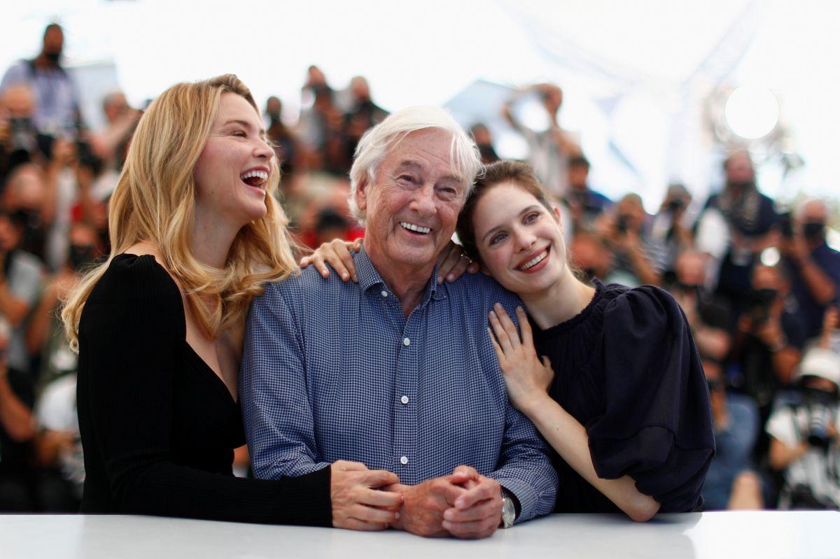 """Instruktør Paul Verhoeven og skuespillerinderne Virginie Efira and Daphne Patakia gav filmkritikerne i Cannes noget at tale om med filmen """"Benedetta"""", der foregår i et kloster, men langt fra er hellig."""