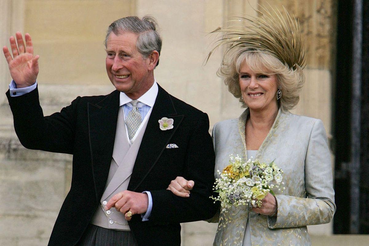 Hertuginde Camilla blev gift med Storbritanniens tronarving, prins Charles, i april 2005. Efter parret havde sagt ja til hinanden, fortsatte fejringen ved en reception, som prinsens mor og hertugindens svigermor, dronning Elizabeth, var vært for. Her blev der ifølge BBC serveret sandwich med æg og karse, scones og andre traditionelle britiske småretter. (Arkivfoto)
