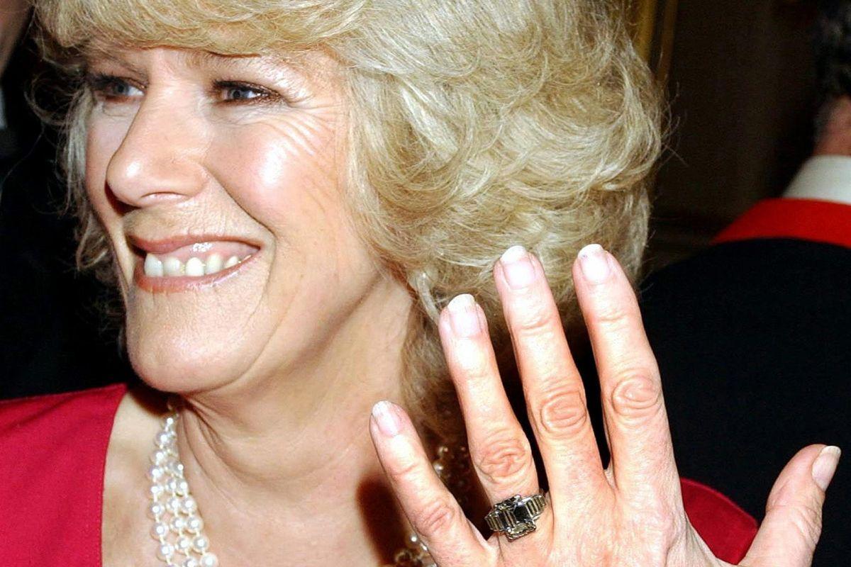 Prins Charles forseglede kærligheden med en forlovelsesring, som den dengang kommende hertuginde viste frem foran pressen i februar 2005 få måneder inden deres bryllup. (Arkivfoto)