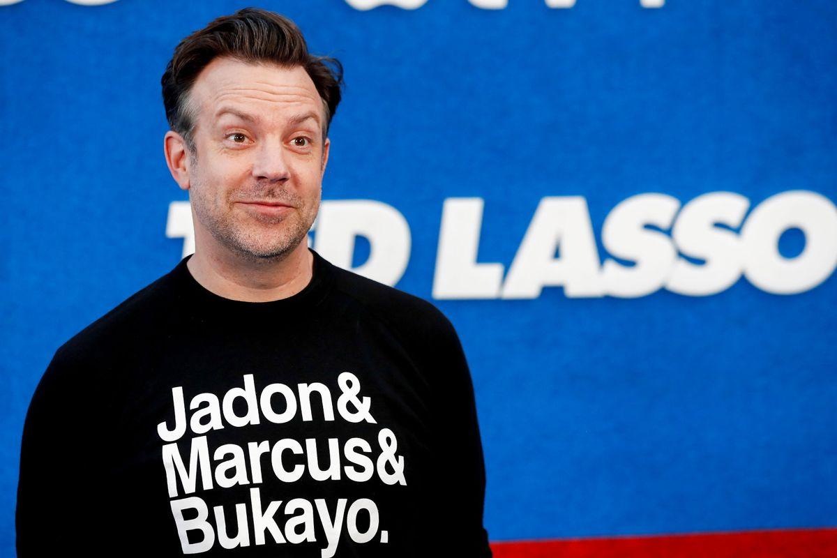 """""""Jadon & Marcus & Bukayo"""" stod der på Sudeikis' trøje. De tre englændere har oplevet meget racisme på nettet, efter de brændte straffespark i EM-finalen. Foto: REUTERS/Mario Anzuoni"""