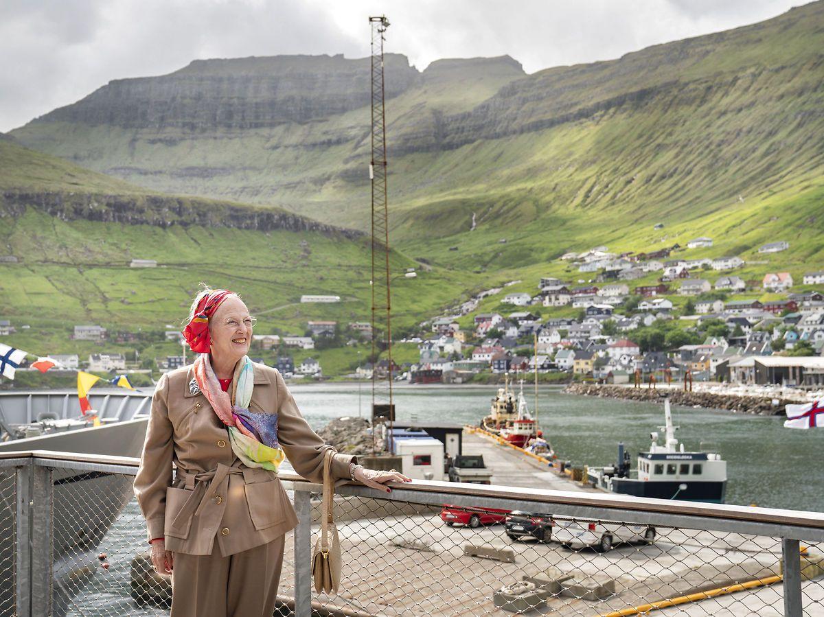 Dronning Margrethe besøger Færøerne. Her er hun i Fuglafjørður, og besøger Framherja.