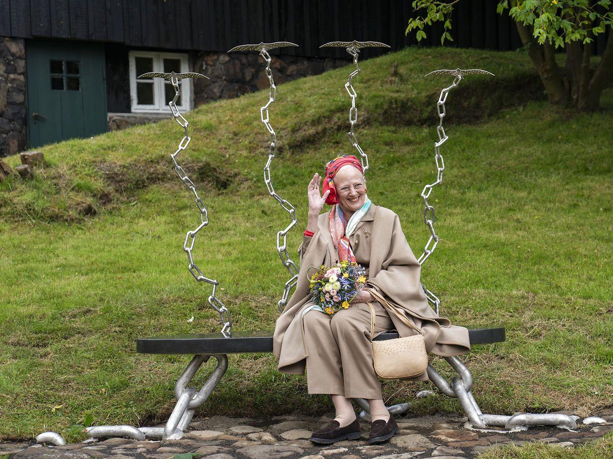 """Margrethe besøgte """"Dronningebænken"""" i Miðstaðarlundin."""