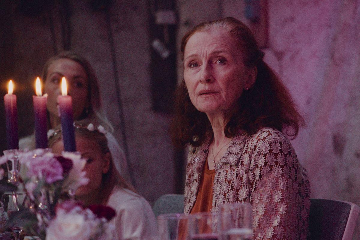 "I filmen ""Hvor kragerne vender"" spiller Bodil Jørgensen mor til Laura, som er flyttet fra kvægfarmen til storbyen, og det slår gnister, da datteren vender hjem til sin brors bryllup i provinsen. (Stillfoto)"