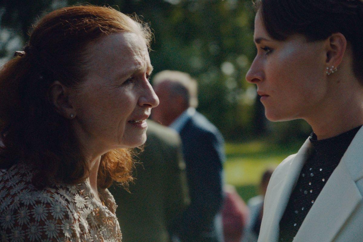 """Mor Jane, spillet af Bodil Jørgensen, og datteren Laura, spillet af Rosalinde Mynster, er meget forskellige, og derfor kommer de to i konflikt, når Laura vender hjem for at fejre sin brors bryllup i filmen """"Hvor kragerne vender"""". (Stillfoto)"""