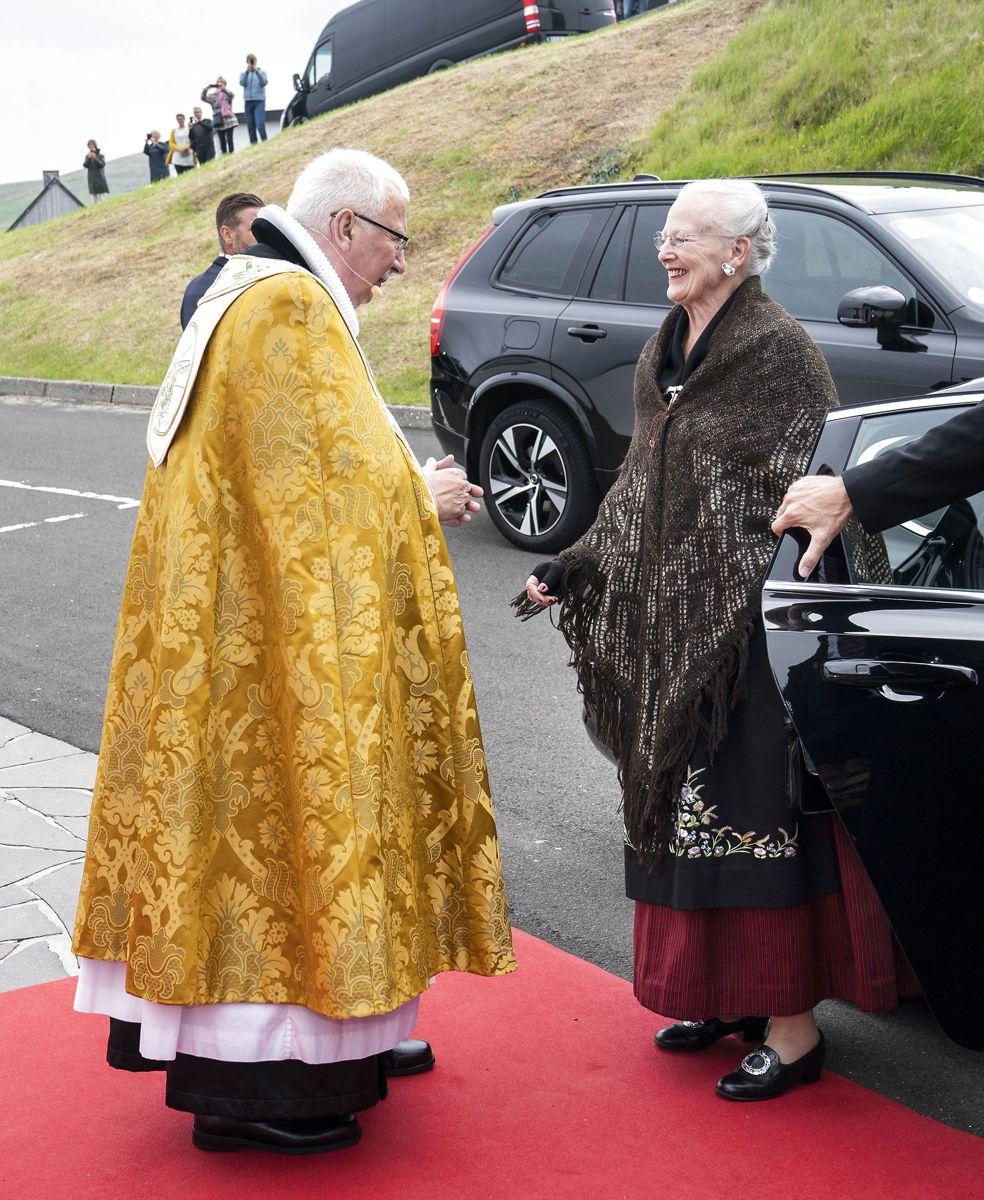 Dronning Margrethe besøger Færøerne. Her ankommer hun til gudstjeneste i Fríðrikskirkjan, Nes, søndag den 18. juli 2021.  (Foto: Hanne Juul HANNE JUUL/Scanpix 2021)