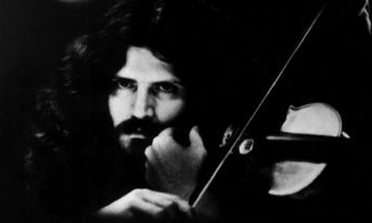 """Robert E. """"Robby"""" Steinhardt, sanger og violinist i rockgruppen 'Kansas' er død, 71 år gammel."""