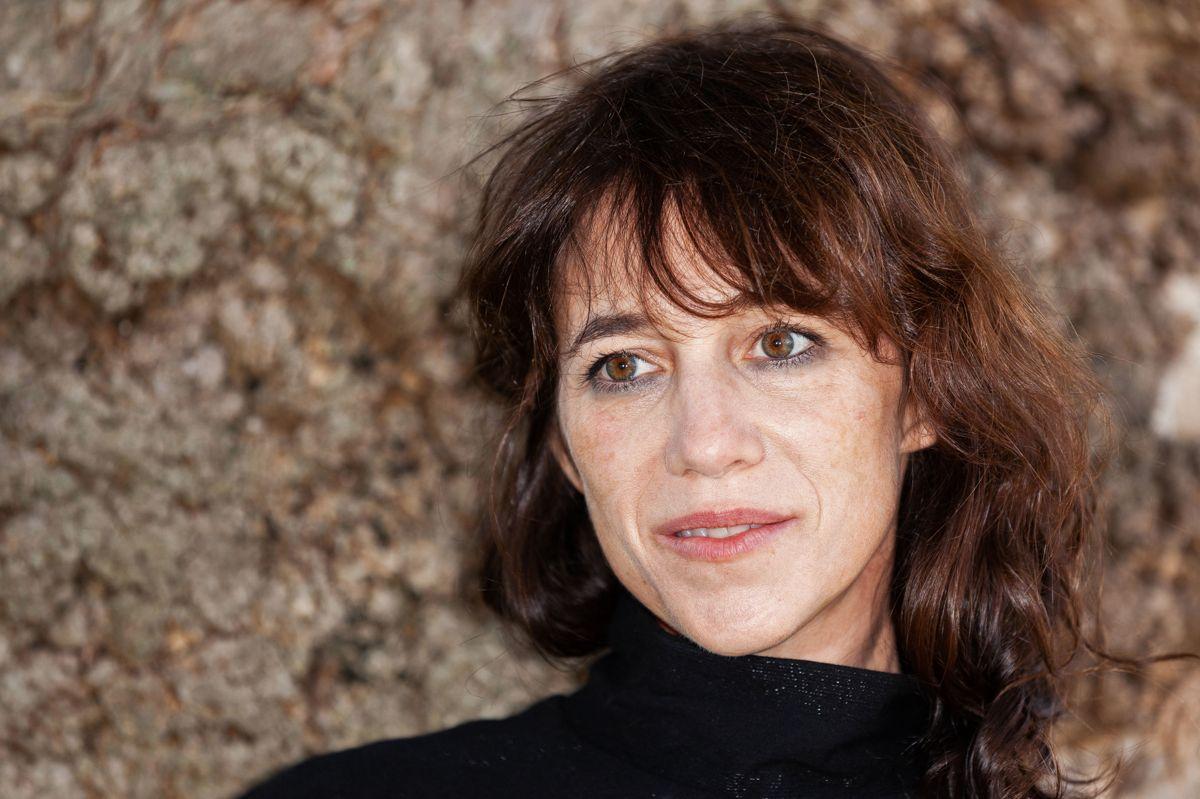 """Britisk-franske Charlotte Gainsbourg har både udgivet album og medvirket i spillefilm. Blandt andet har hun haft hovedrollen i """"Jane Eyre"""" fra 1996 på engelsk og """"Fantine"""" i en fransk tv-udgave af """"Les Miserables"""" fra 2000. Størstedelen af sit liv har hun brugt i Frankrigs hovedstad, men efter sin søsters tragiske dødsfald flyttede hun familien til New York. (Arkivfoto)"""