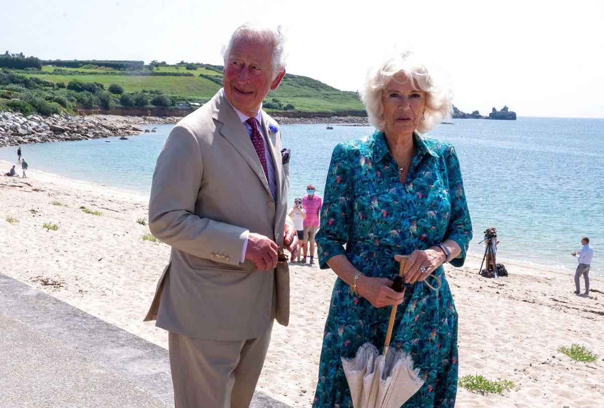 Prins Charles og Camilla har taget turen til St. Mary Island, der er den største af Isles of Scilly. Foto: Arthur Edwards/Pool via REUTERS