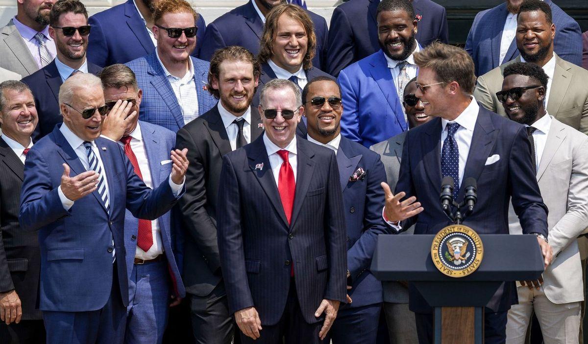 NFL-mesteren Tom Brady leverede flere punchlines på talerstolen i Det Hvide Hus med præsident Joe Biden til stede. Foto: Drew Angerer