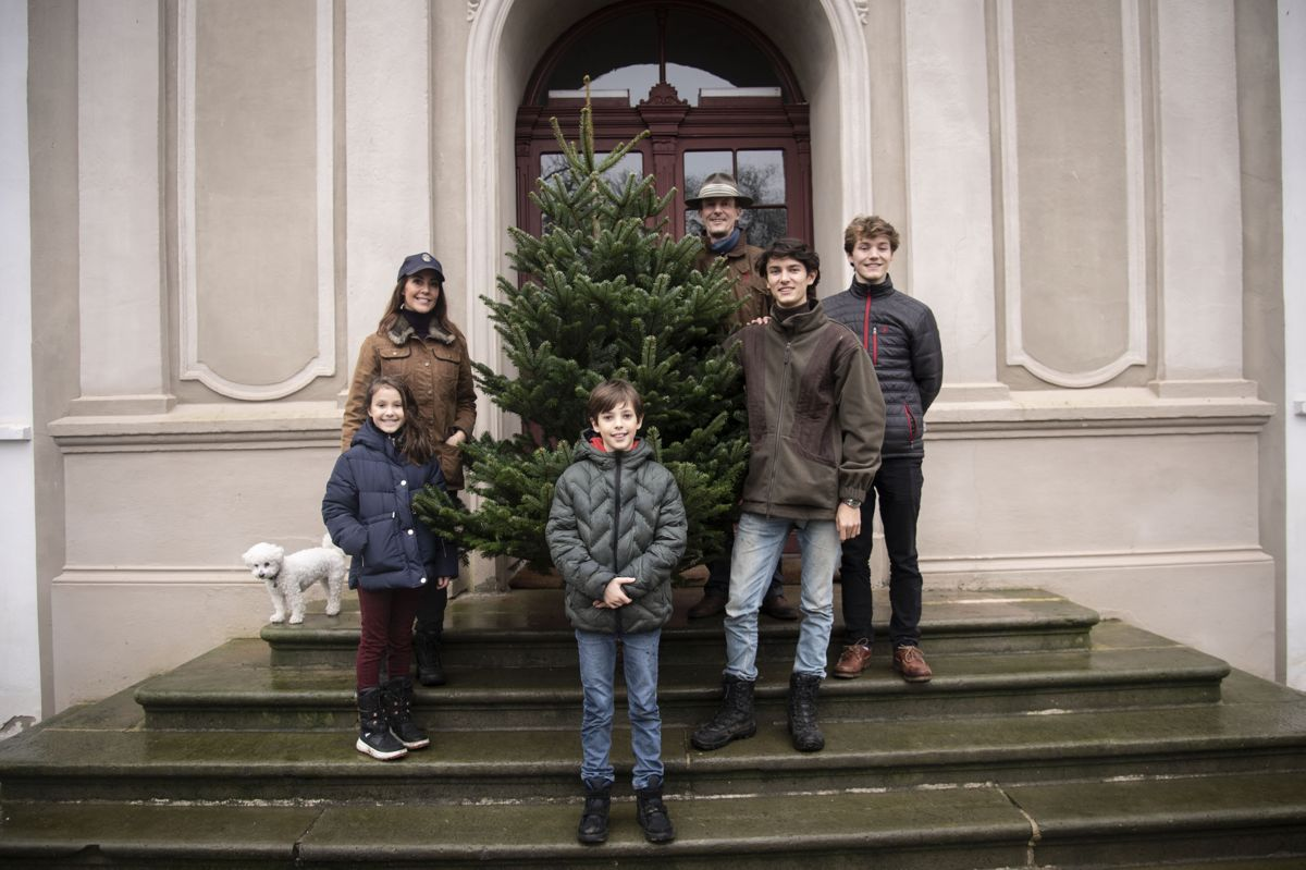 Julen i Jylland. På trappen til Schackenborg Slot i Møgeltønder står prins Felix samlet med prins Joachim, prinsesse Marie og prinsesse Athena og prins Henrik. Også prins Felix' storebror, prins Nikolai, står på slotstrappen. Billedet er fra julen 2020. (Arkivfoto)