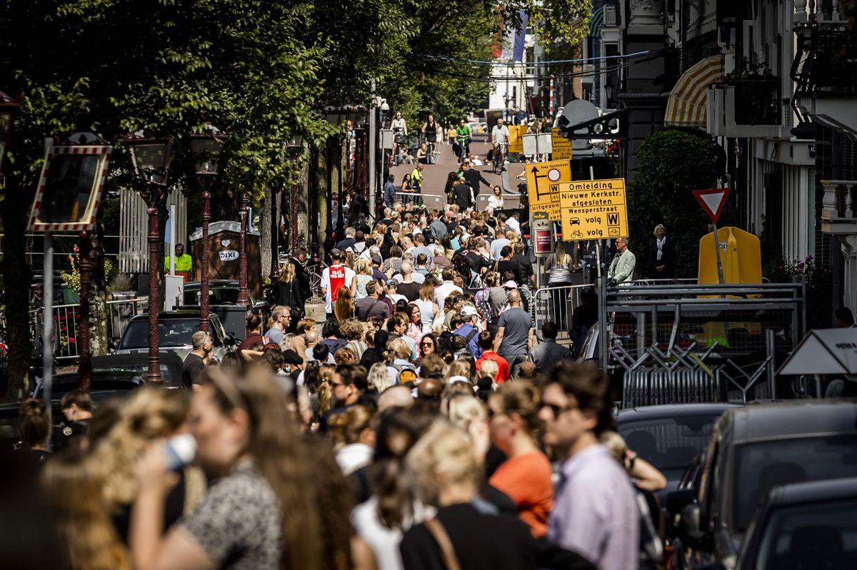 Hundredvis af hollændere tog onsdag afsked med den kendte kriminalreporter og undersøgende journalist Peter de Vries, som blev dræbt ved et skudattentat i Amsterdam. Journalistens kiste var onsdag blevet stillet i Carre Teatret i Amsterdam, hvor folk stod i kø for at komme til at tage afsked med de Vries en sidste gang.