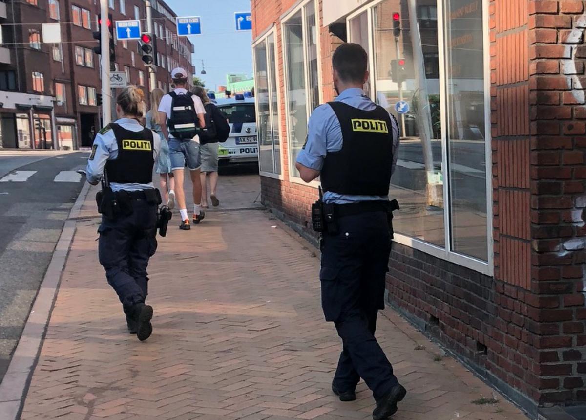 Politiet er talstærkt til stede, og store dele af Aalborg er lige nu spærret af. Foto: Presse-fotos.dk