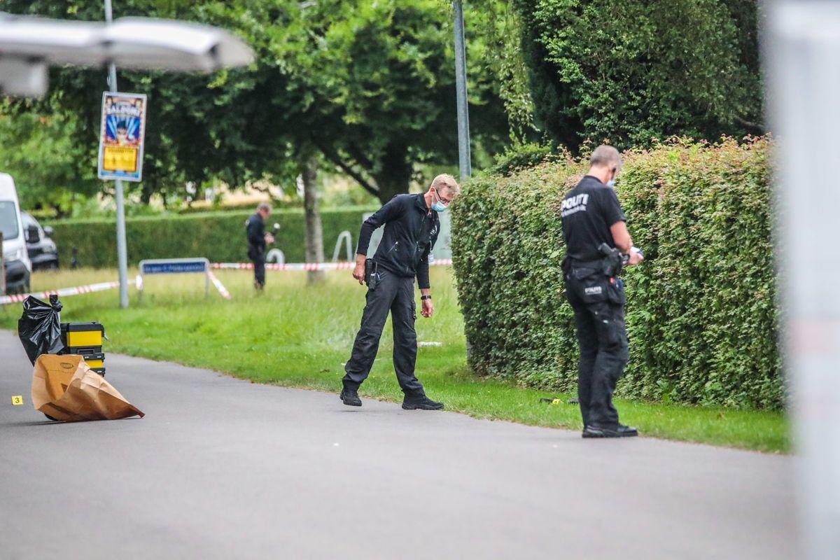 Betjente leder efter spor efter skud-episoden. Foto: Presse-fotos.dk