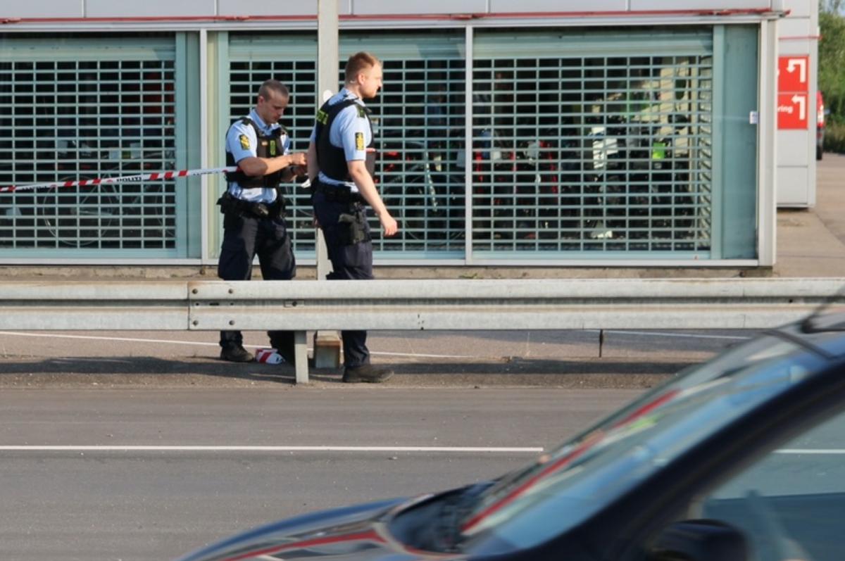 Politiet efterlyser en høj mand i shorts. Foto: Presse-fotos.dk