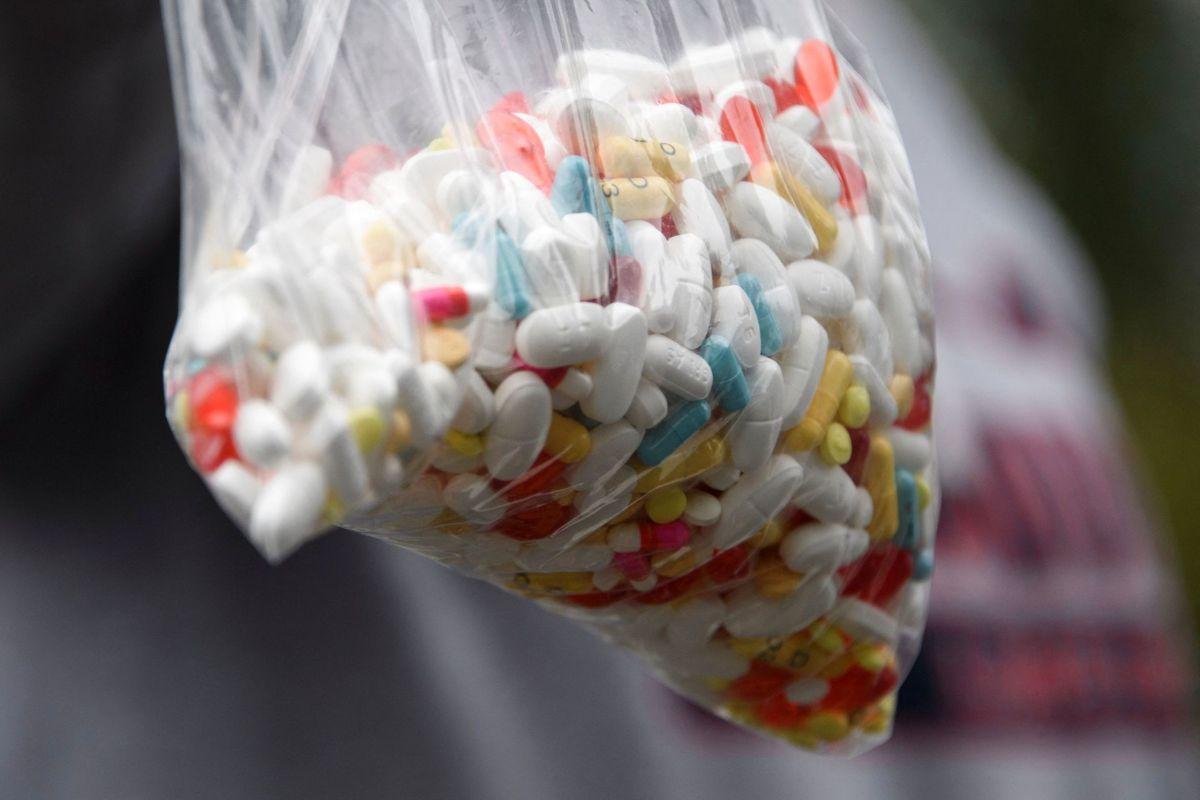 Fire amerikanske selskaber i medicinalbranchen skal betale sammenlagt 26 milliarder dollar - svarende til 164 milliarder kroner - for deres rolle i en omfattende og dødelig krise med opioider i USA.
