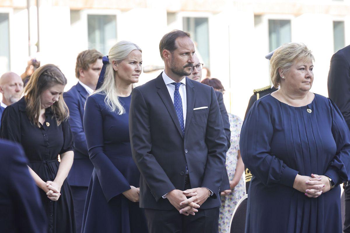 Kronprins Haakon, kronprinsesse Mette-Marit og statsminister Erna Solberg deltog i mindehøjtideligheden i Regjeringskvartalet. Foto: Geir Olsen / NTB