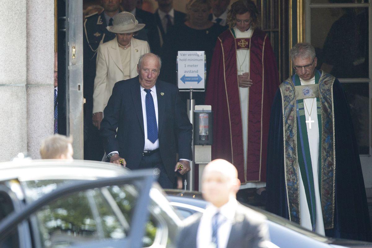 Kong Harald på krykker ud af kirken. Han blev tidligere i år opereret omkring knæet. Foto: Trond Reidar Teigen / NTB