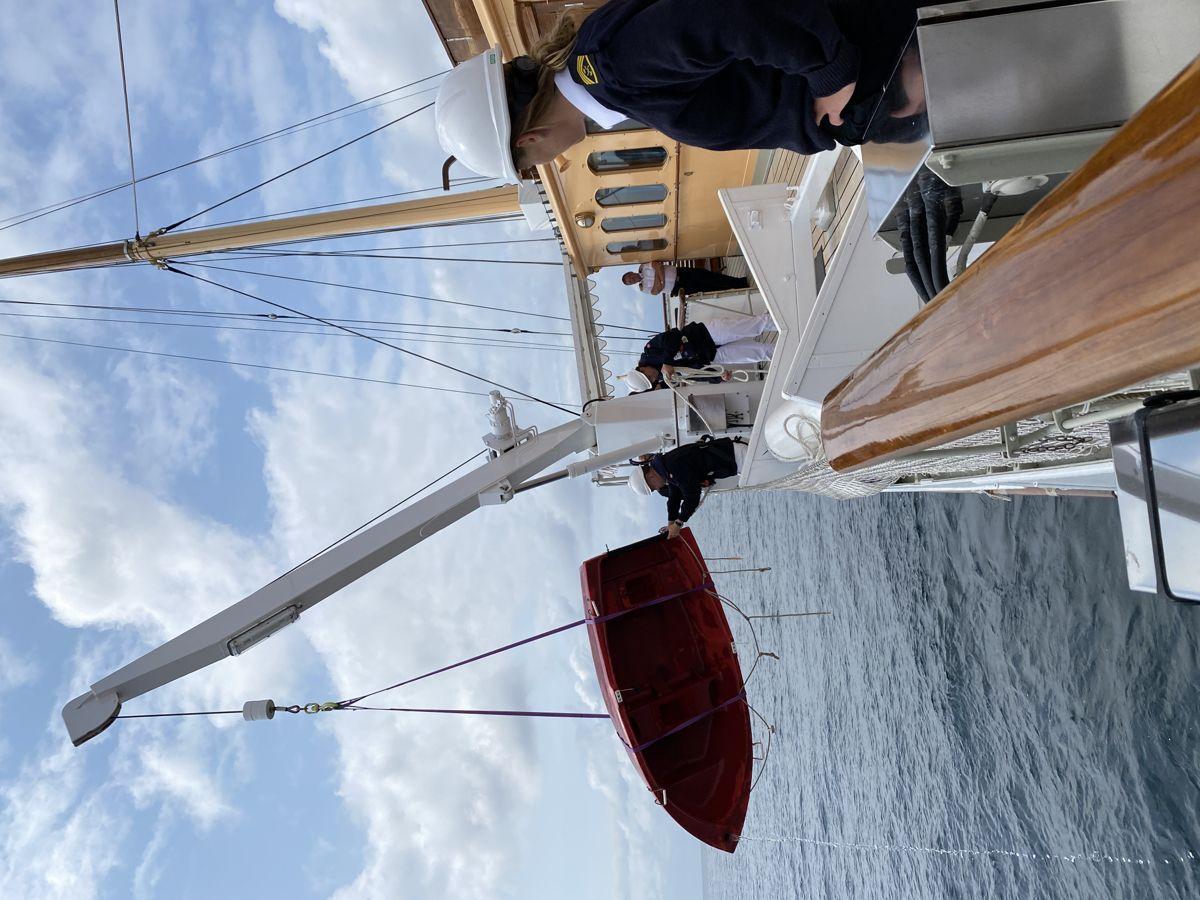 Kongeskibet Dannebrog måtte komme en sejler-familie til undsætning, da familiens sejlbåd havde problemer med motoren.