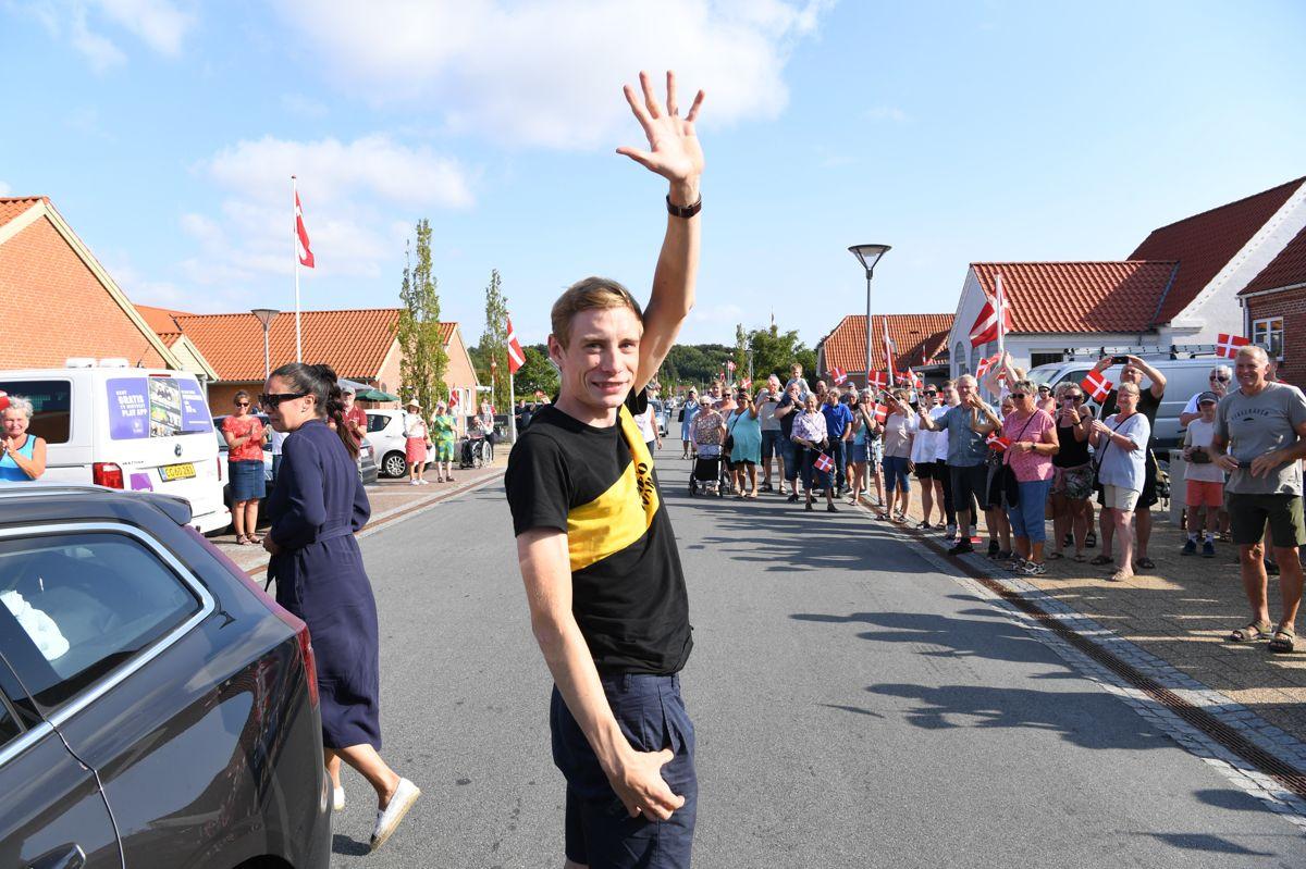 Smilet var bredt hos Jonas Vingegaard, da han trådte ud af bilen i Glyngøre og lod sig hylde af lokalbefolkningen.