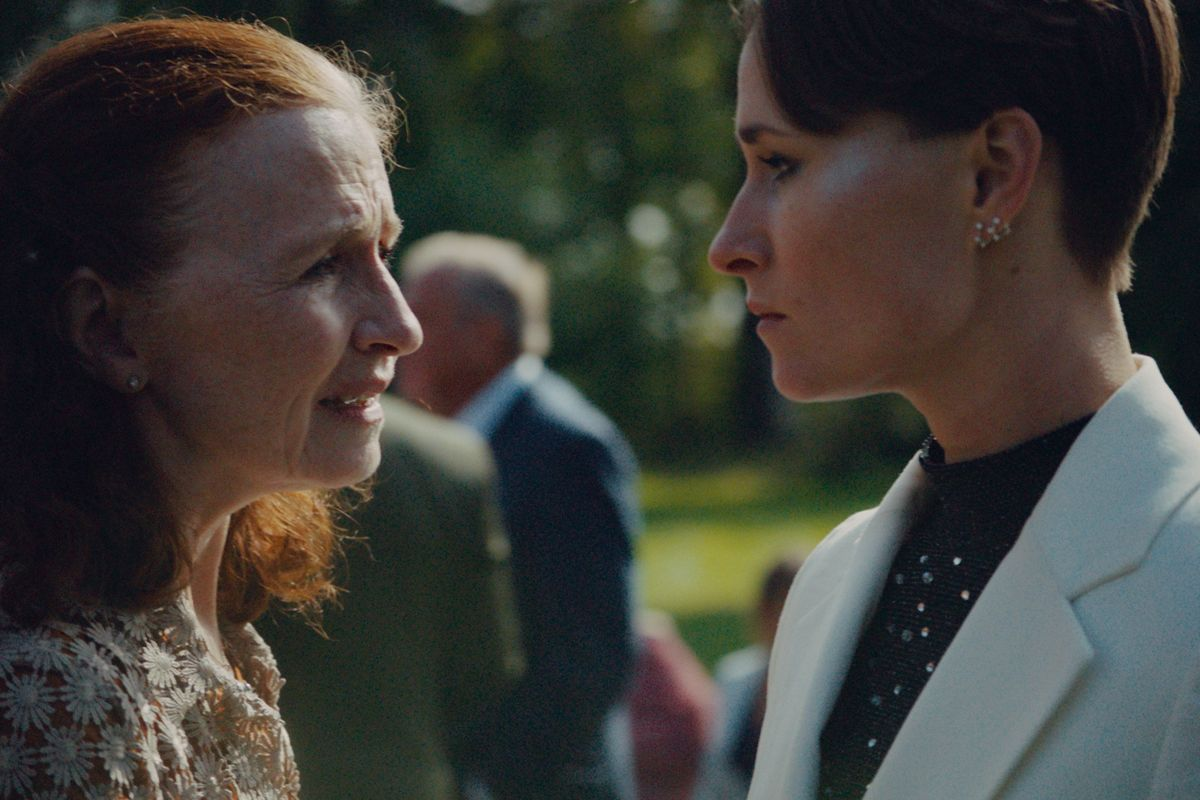 """Rosalinde Mynster bliver genforenet med Bodil Jørgensen i """"Hvor kragerne vender"""", hvor de spiller mor og datter. De to skuespillerinder kender hinanden særdeles godt fra """"Badehotellet"""". - Jeg tror, at vi begge føler en nærhed til hinanden, og det er et godt udgangspunkt for at spille mor og datter, at man har en baggrund sammen og ikke skal lære hinanden at kende på ny, fortæller Rosalinde Mynster. (Stillfoto)"""