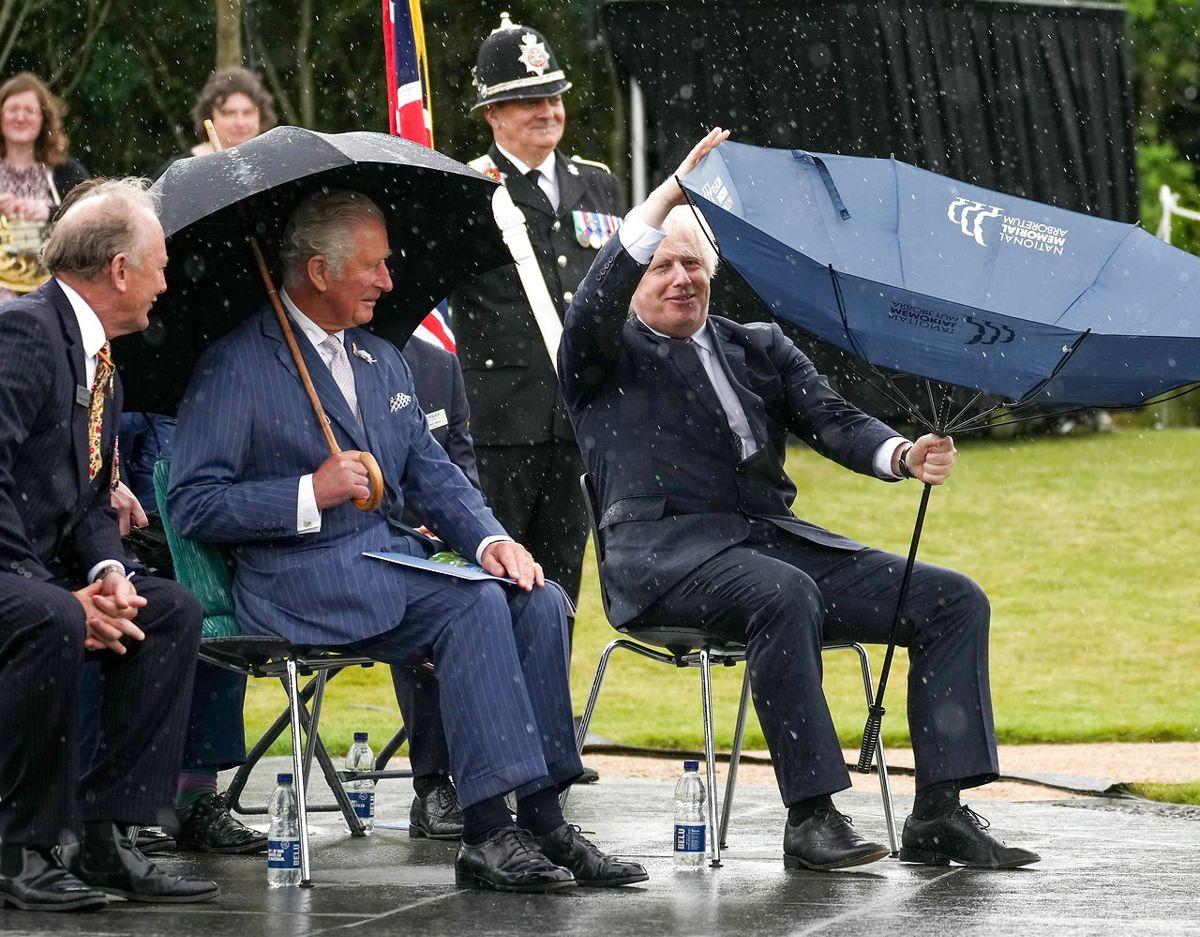 Prins Charles ser unægtelig til at 'hygge' sig gevaldigt over premierministerens kamp mod naturkræfterne. Foto: Scanpix/Christopher Furlong/Pool via REUTERS