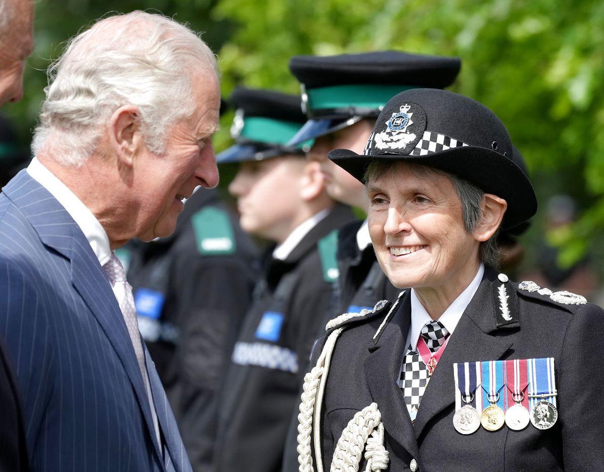 Prins Charles taler med kommisær Cressida Dick fra Metropolitan Police. Foto: Scanpix/Christopher Furlong/Pool via REUTERS