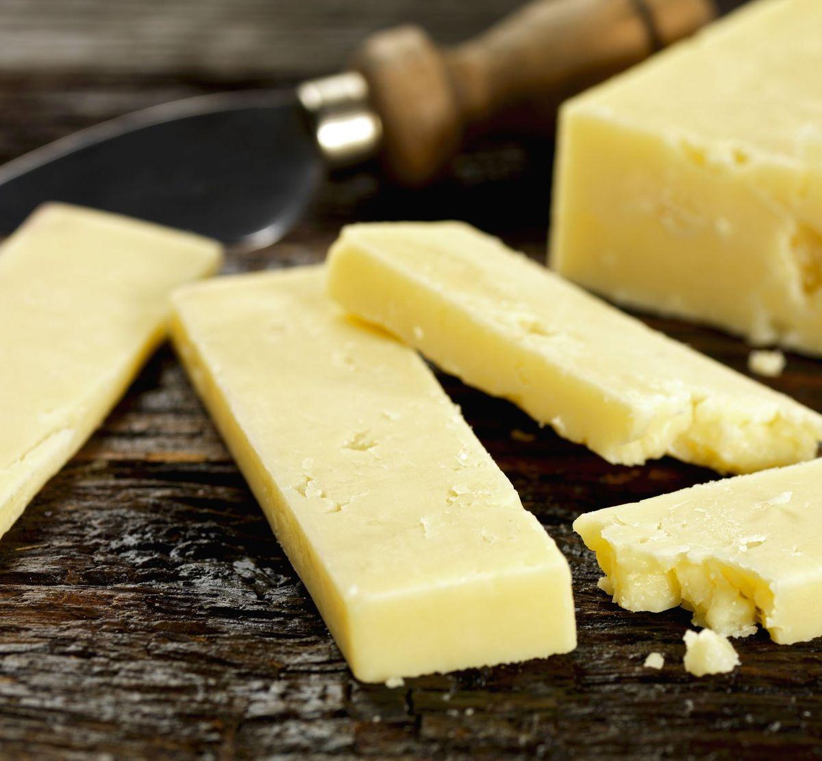 En udenlandsk cheddarost er blevet trukket tilbage efter fund af listeria.