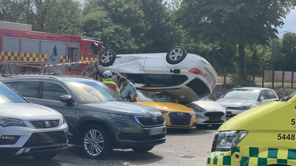 Bilen endte af alle stedet på omvendt på en gul Audi