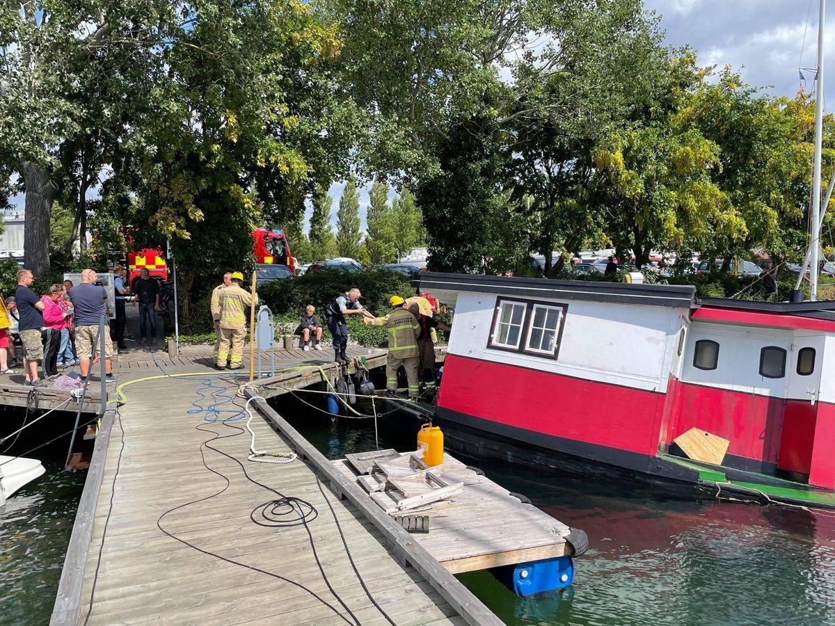 Kæmper med synkende båd