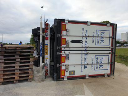 Lastbilen er væltet i en rundkørsel i Nykøbing Falster. Ingen er kommet til skade.