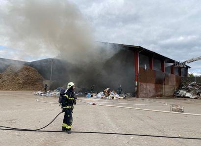 Brandfolkene er så småt ved at have styr på branden, siger operationschefen for brandvæsenet.