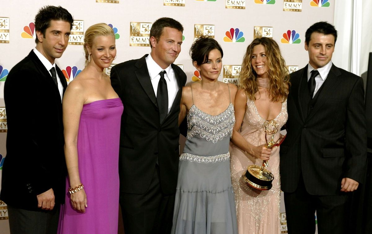 Rygterne om en romance opstod efter lanceringen af HBO-dokumentaren 'Friends: The Reunion'. På billedet se Davis Schwimmer og Jennifer Aniston som nummer to fra højre.