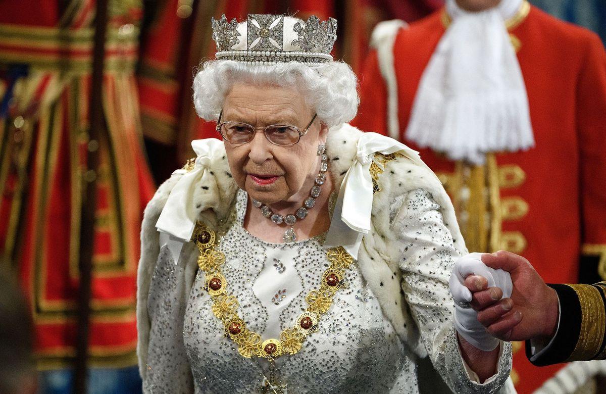 Britiske medier skriver, at unavngivne kilder blandt kongehusets rækker er rasende og forargede over, at Harry og Meghan er i kontakt med dronningen.