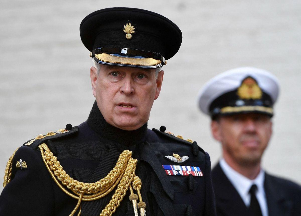 Trods de anklager, der er rettet imod ham, har dronning Elizabeth ingen planer om at tage titlen af æresoberst i the Grenadier Guards fra prins Andrew.