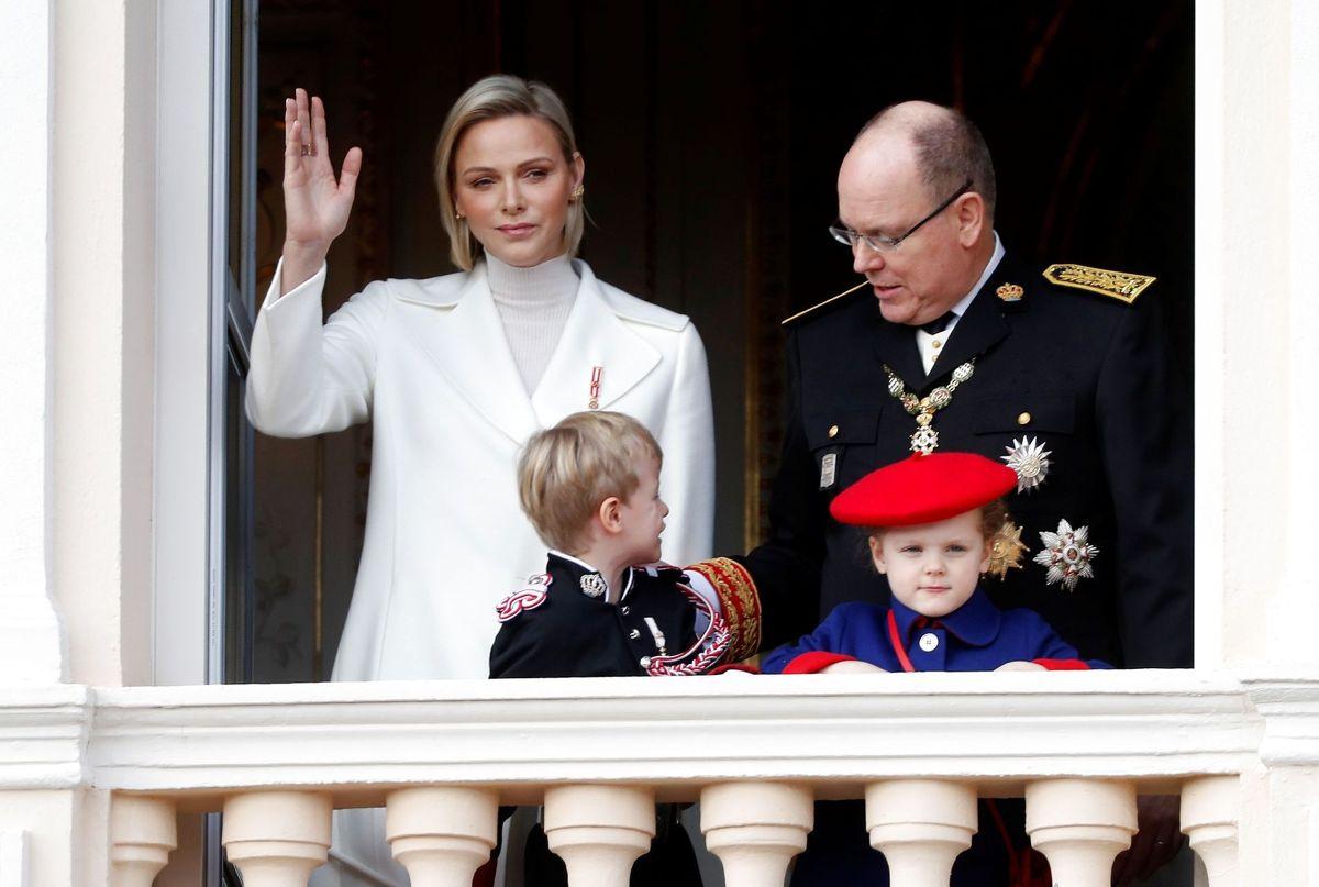 Fyrst Albert og fyrstinde Charlene ses her med deres nu seksårige tvillinger prinsesse Gabriella og prins Jacques.