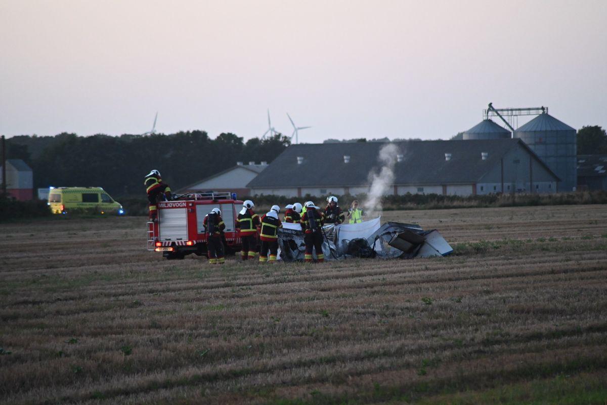 Flyet styrtede ned og brød pludselig i brand.