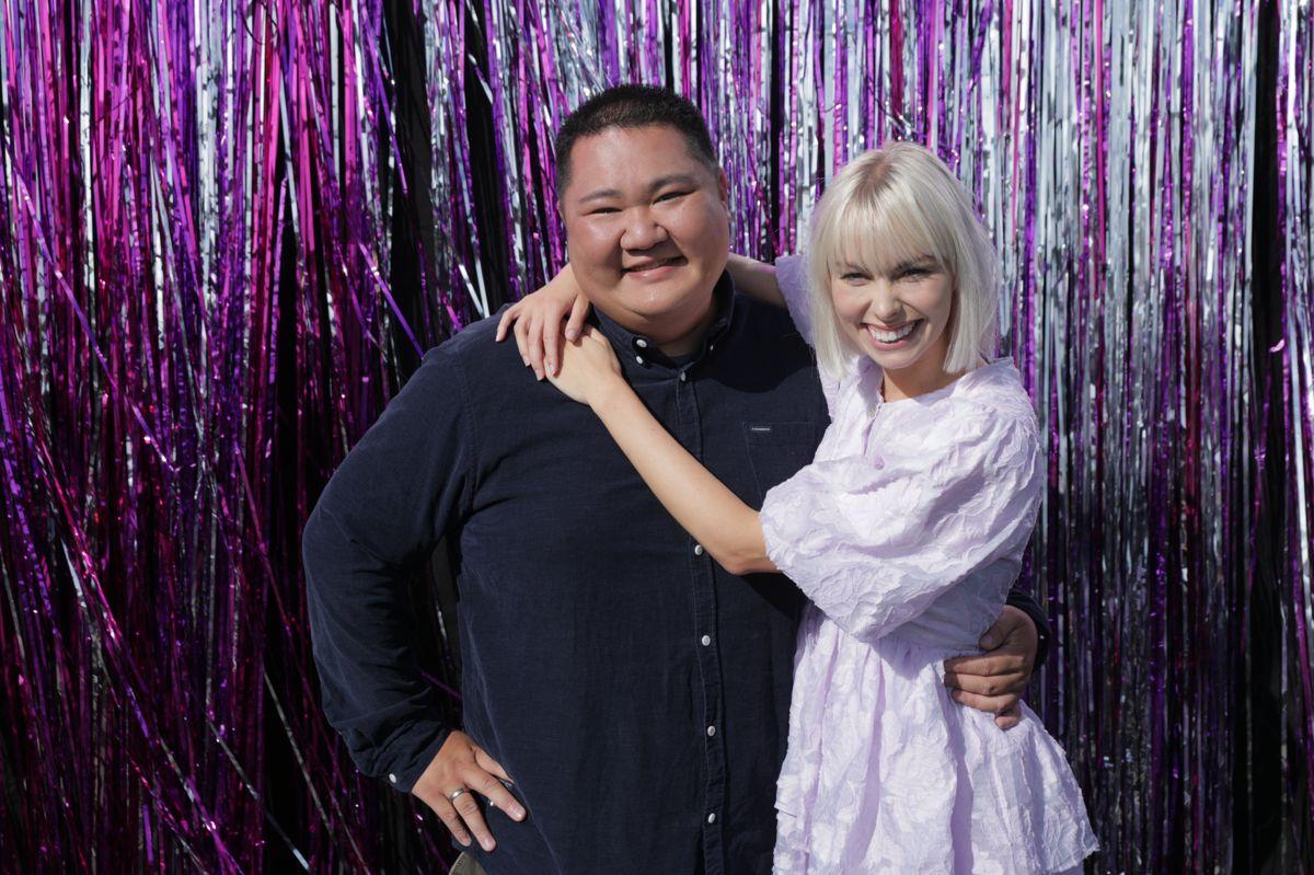 """Tilbage i 2015 nåede den kagekyndige Micki Cheng hele vejen til finalen i DR-programmet """"Den Store Bagedyst"""" med sine imponerende kagekreationer. Det er den ottende sæson for den professionelle danser Jenna Bagge. Sidste år dansede hun med Albert Rosin Harson, som hun nu er blevet kærester med."""