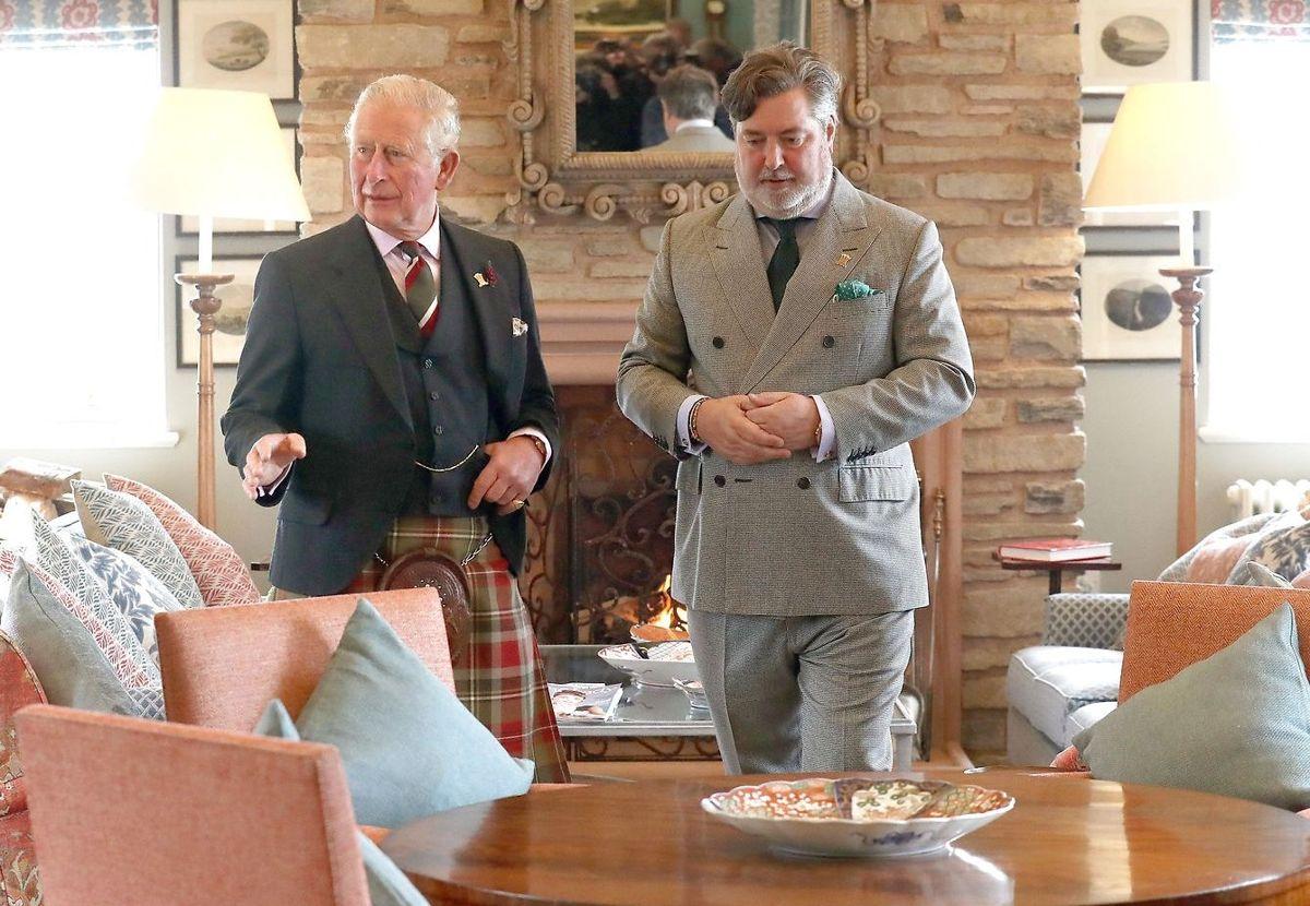 Prins Charles ses her sammen med sin nu afgåede direktør Michael Fawcett.