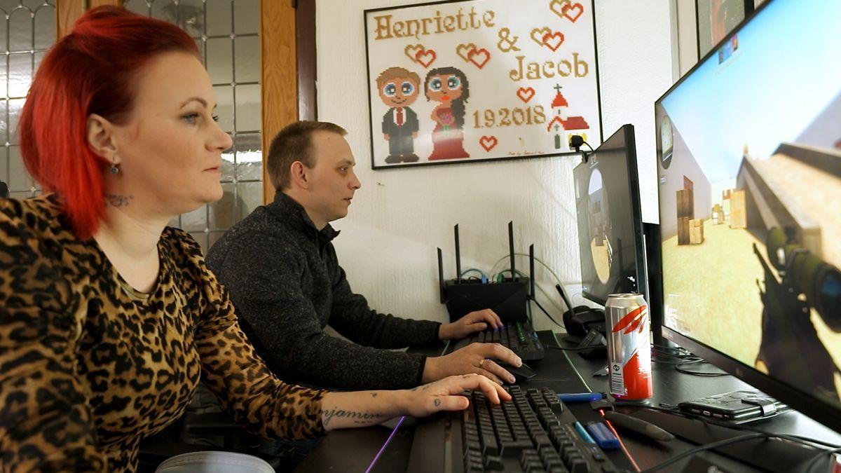 I programmet nægter parret at sælge deres computere.