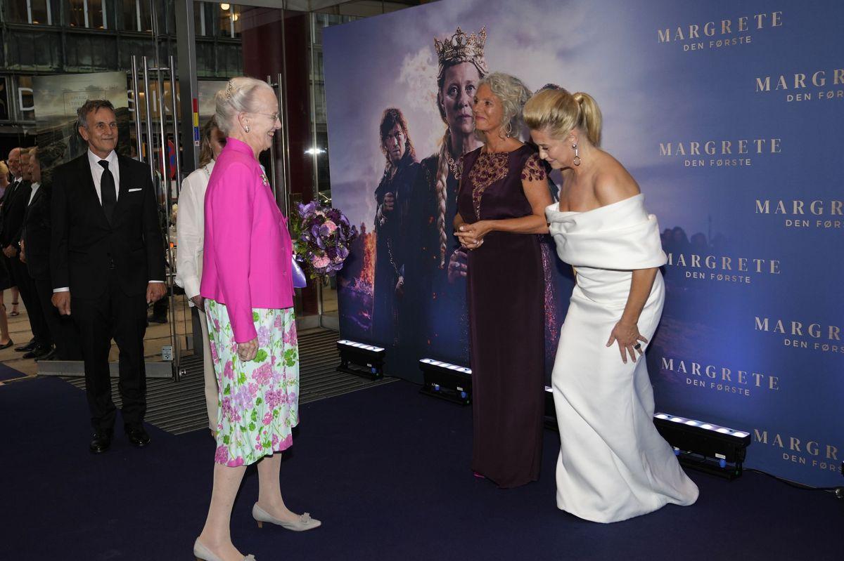 """Dronning Margrethe deltager i gallapremieren på storfilmen om Danmarks første kvindelige regent """"Margrete den første"""". Hun blev modtaget af instruktør på filmen, Charlotte Sieling, og skuespillerinden Trine Dyrholm som spiller filmens hovedrolle som middelalderdronningen."""