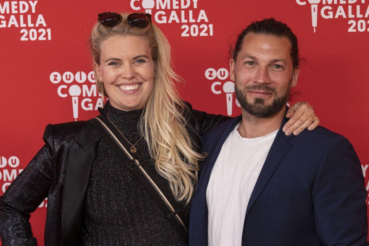 """Anna Stokholm er kendt fra TV 2-serierne """"Sygeplejeskolen"""" og """"Minkavlerne"""". Simon Stenspil er også kendt fra TV 2. Han har medvirket i """"Badehotellet"""", og så vandt han """"Vild med dans"""" i 2018."""