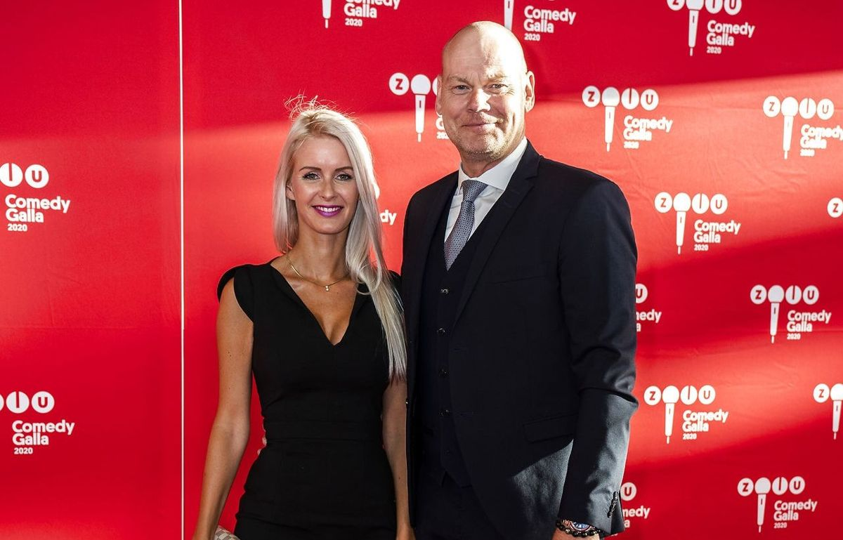 Andreas Bo ses her på den røde løber ved ved ZULU Comedy Galla 2020 i Operaen i København sammen med sin tilkommende, Katrine Wadil.