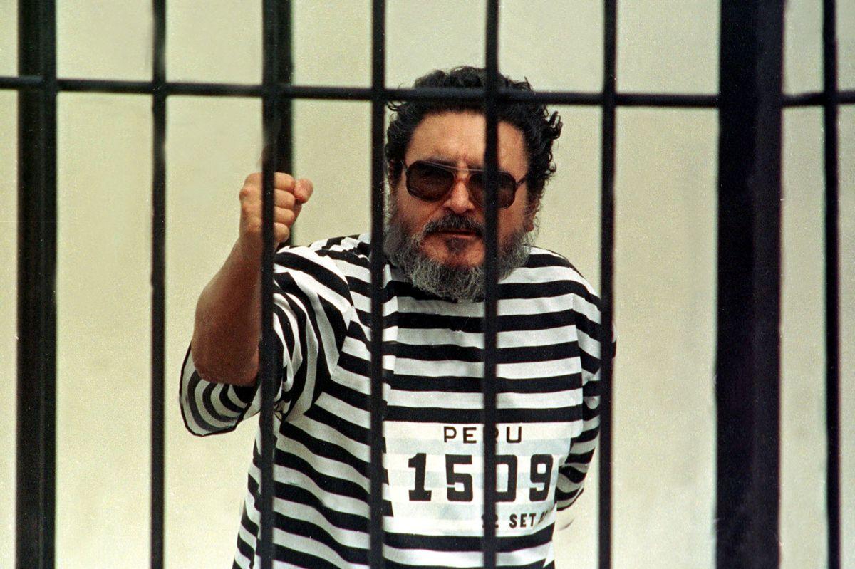 Abimael Guzman, der grundlagde oprørsbevægelsen Den Lysende Sti, er lørdag død. Han blev i 1992 anholdt i Perus hovedstad, Lima, og idømt en livstidsdom. Foto er taget kort tid efter hans tilfangetagelse for 29 år siden.