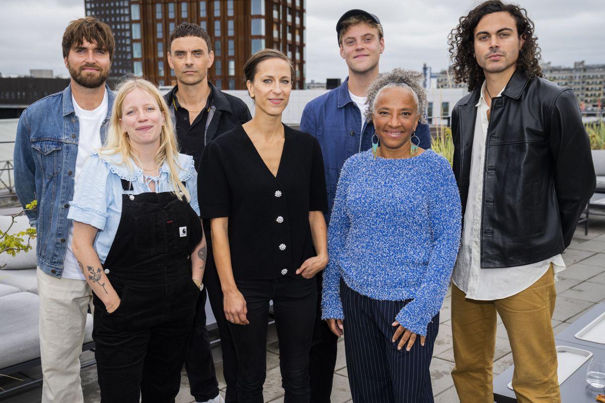 """Hjalmer kalder deltagerne i """"Toppen af poppen"""" - Maria Bramsen, Simon Kvamm, Katinka Bjerregaard, Mathilde Falch, Alex Vargas og Malte Ebert - for sine venner i dag."""